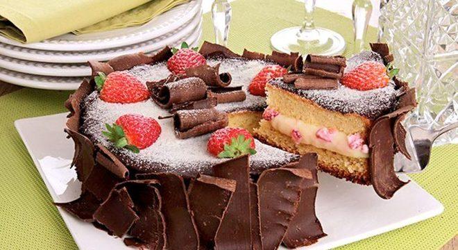 Guia da Cozinha - Bolo de leite Ninho® com morango e chocolate delicioso