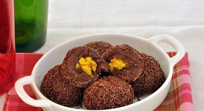 Guia da Cozinha - Brigadeiro com bolo de cenoura: receita criativa e fácil de fazer
