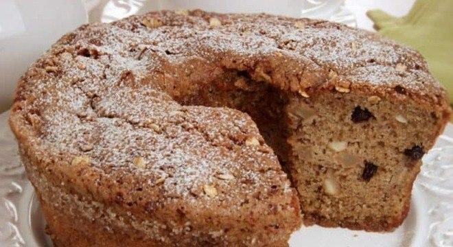 Guia da Cozinha - Café da manhã saudável e delicioso com o bolo de banana, aveia e castanha