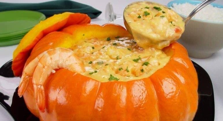 Guia da Cozinha - Caldo de camarão na moranga para um almoço sofisticado