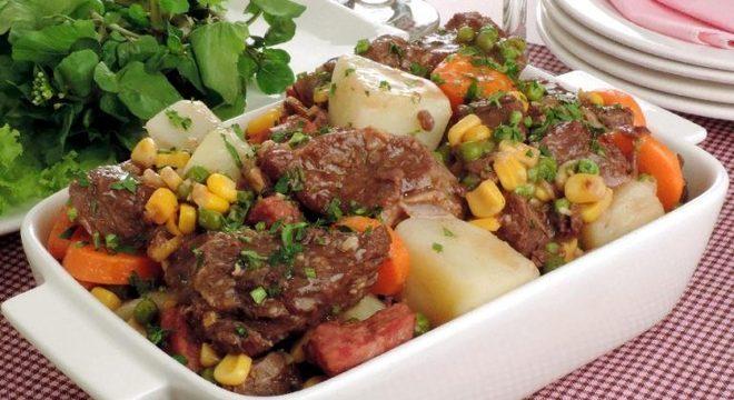 Guia da Cozinha - Carne de panela com batata e cenoura para um almoço saboroso