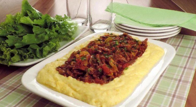 Guia da Cozinha - Carne desfiada com purê de mandioquinha para um almoço delicioso