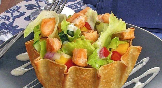 Guia da Cozinha - Cestinha de salmão com salada para fazer em poucos minutos