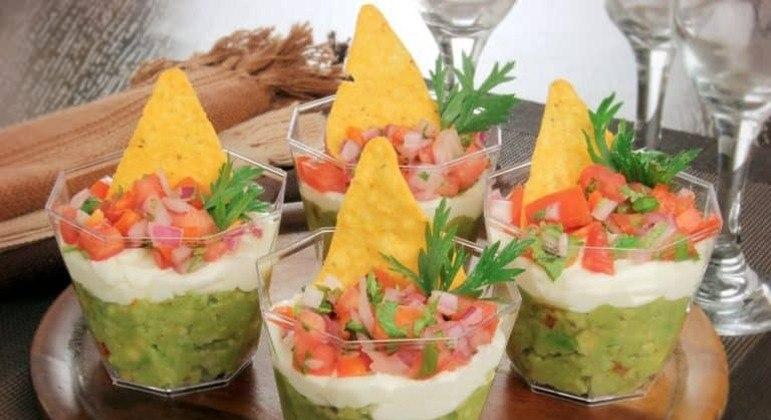 Guia da Cozinha - Copinho mexicano com guacamole, sour cream e salsa