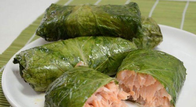 Guia da Cozinha - Envelope de couve e salmão saboroso e nutritivo