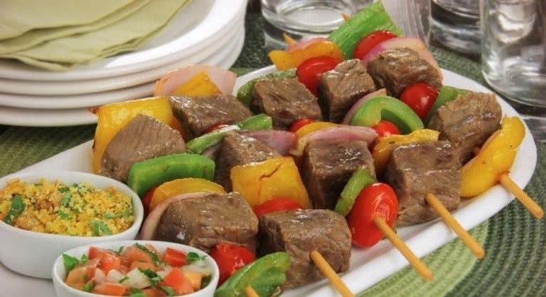 Guia da Cozinha - Espetinho de carne com legumes para inovar nos petiscos