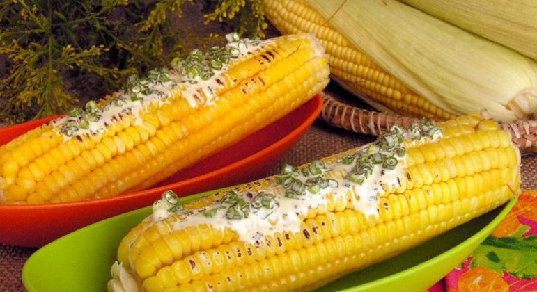 Guia da Cozinha - Espiga de milho assada: opção deliciosa para o seu arraial junino