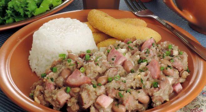 Guia da Cozinha - Feijão-tropeiro com banana frita perfeito para refeições caprichadas