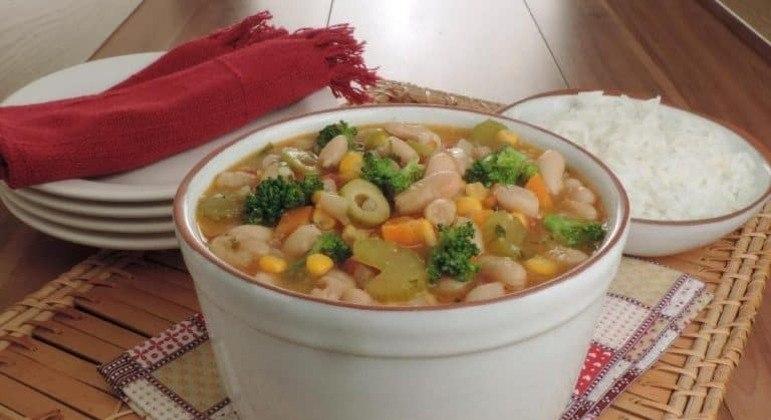 Guia da Cozinha - Feijoada vegetariana saborosa e prática de fazer