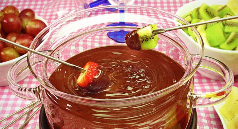 Guia da Cozinha - Fondue de chocolate com frutas pronto em 20 minutos