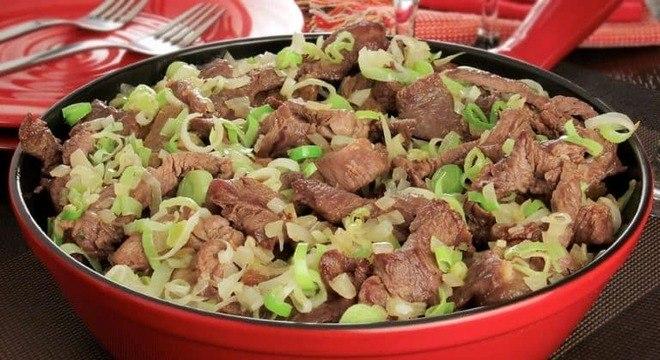 Guia da Cozinha - Isca de carne com alho-poró: petisco rápido e delicioso
