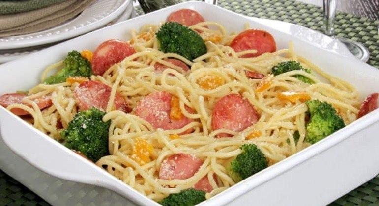 Guia da Cozinha - Macarrão com legumes e calabresa: pronto em 30 minutos