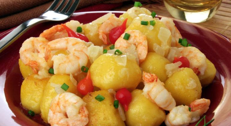 Guia da Cozinha - Nhoque frito de mandioquinha com molho de camarão