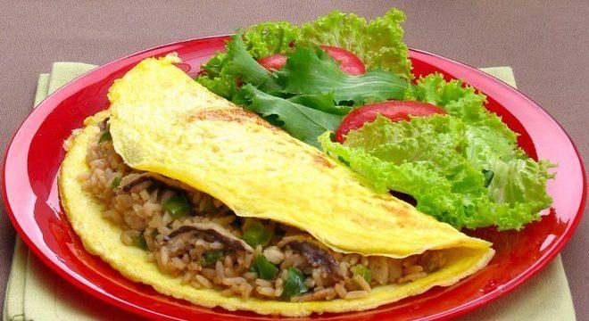 Guia da Cozinha - Omelete com arroz diferente para aproveitar as sobras