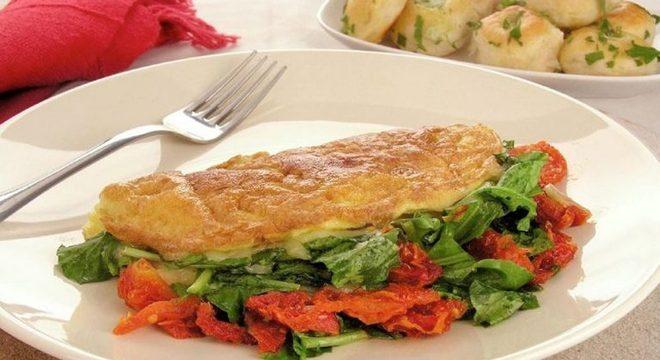 Guia da Cozinha - Omelete com rúcula e tomate seco: opção saudável e prática
