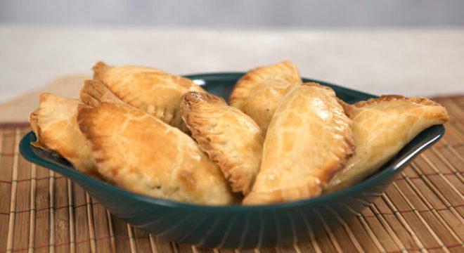 Guia da Cozinha - Pastelzinho assado com 3 queijos que é impossível parar de comer
