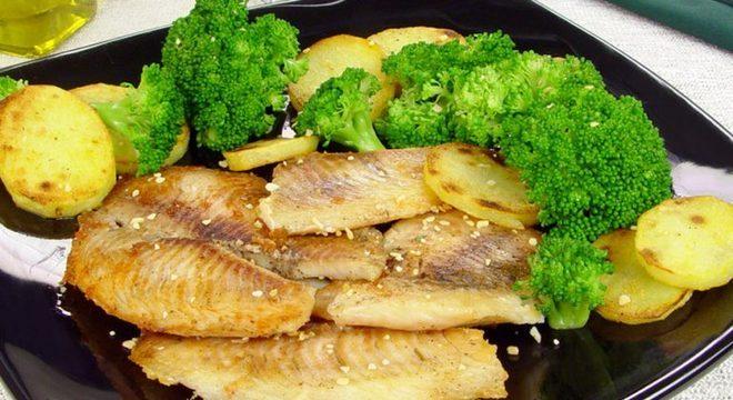 Guia da Cozinha - Peixe assado com batata e brócolis para um jantar rápido e nutritivo