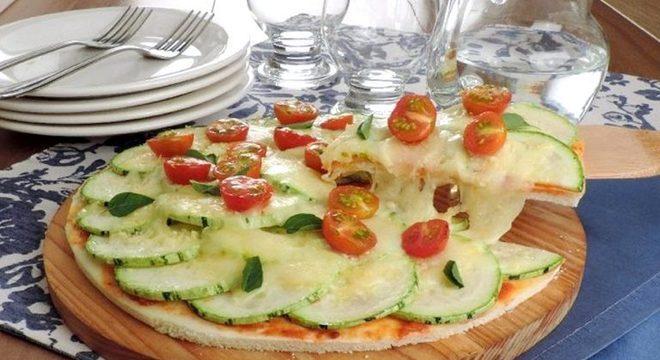 Guia da Cozinha - Pizza de abobrinha prática: pronta em 40 minutos