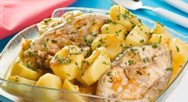 Guia da Cozinha - Posta de peixe com batata para refeições rápidas e deliciosas