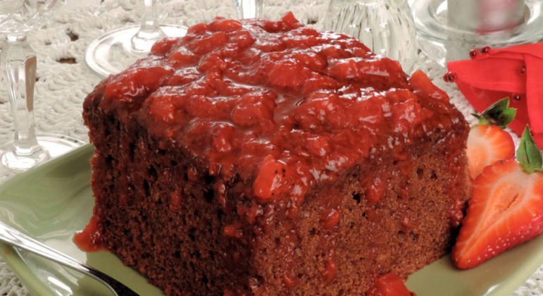 Guia da Cozinha - Receita deliciosa de bolo de chocolate com calda quente de morango