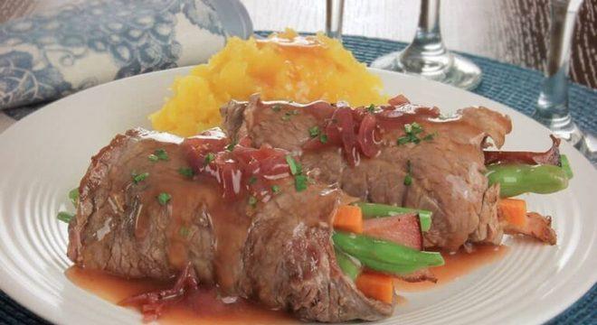 Guia da Cozinha - Receita especial de bife à rolê com molho de vinho