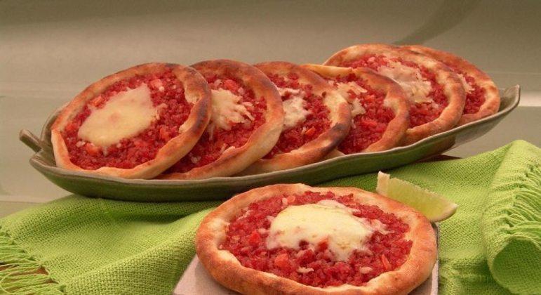 Guia da Cozinha - Receita fácil de esfirra aberta de calabresa com queijo