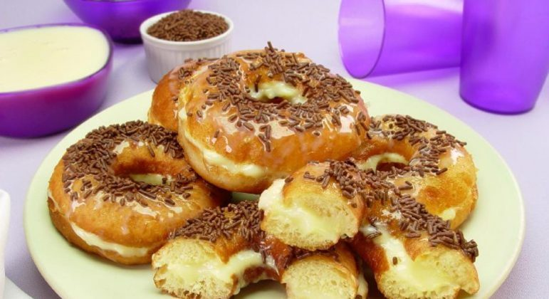 Guia da Cozinha - Receita prática de donuts recheado para saborear ou vender