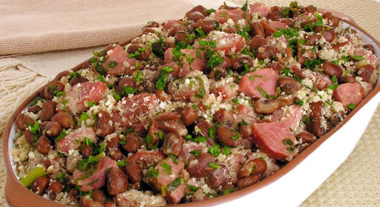 Guia da Cozinha - Receitas de farofa de feijão para o almoço de domingo
