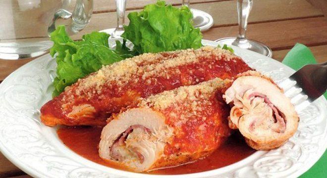 Guia da Cozinha - Rolinhos de frango recheados ao forno para um almoço cheio de sabor