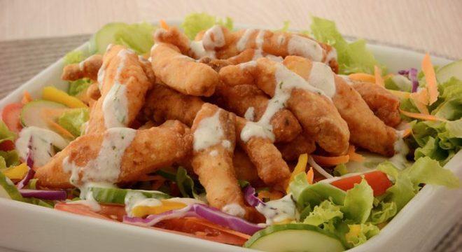 Guia da Cozinha - Salada com iscas de peixe para refeições rápidas eleves