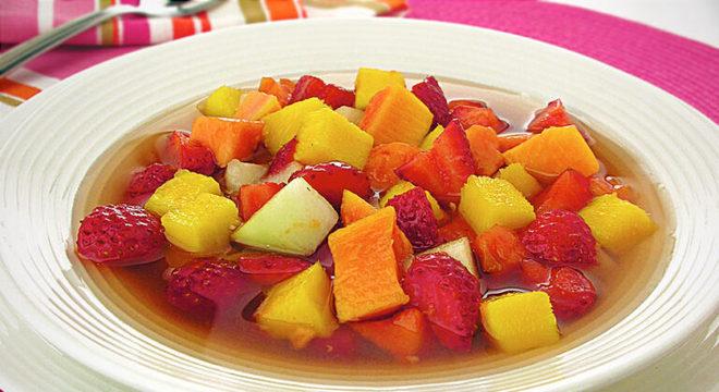 Guia da Cozinha - Salada de frutas prática: receita refrescante pronta em poucos minutos