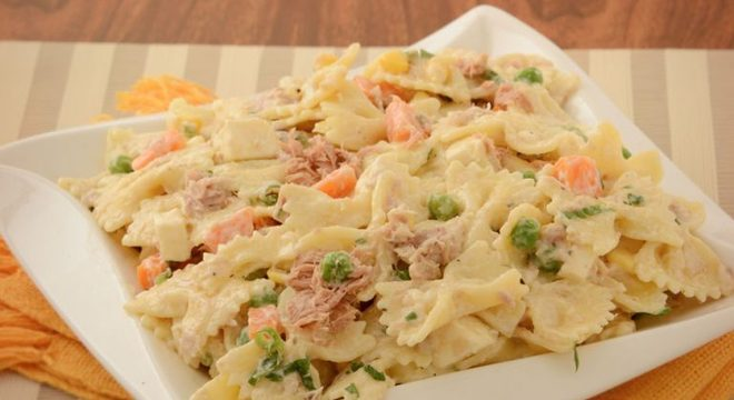 Guia da Cozinha - Salada de macarrão com atum e legumes rápida