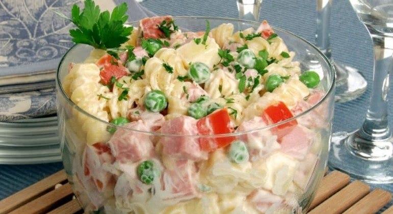 Guia da Cozinha - Salada de macarrão com frios que vale por uma refeição