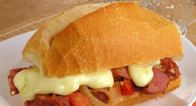Guia da Cozinha - Sanduíche de calabresa prático e apetitoso