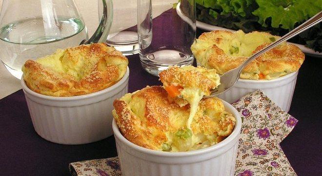 Guia da Cozinha - Suflê de legumes e queijo para um jantar prático