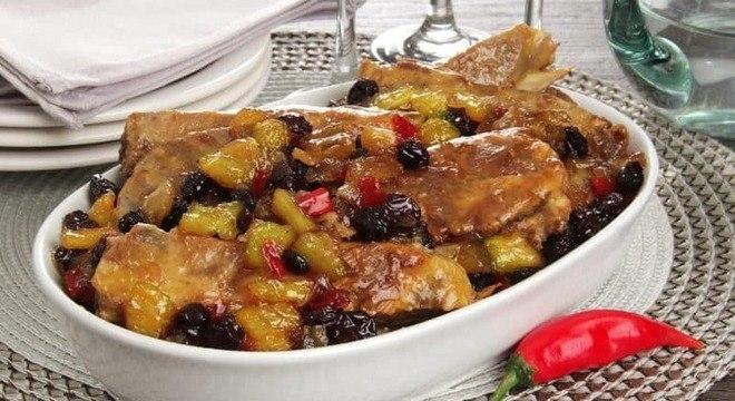 Guia da Cozinha - Surpreenda a família com a receita de costelinha de porco com chutney de abacaxi