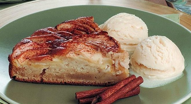Guia da Cozinha - Torta de maçã e canela com sorvete prática e saborosa