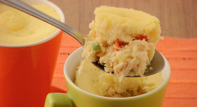Guia da Cozinha - Torta na caneca de micro-ondas com recheio cremoso de frango
