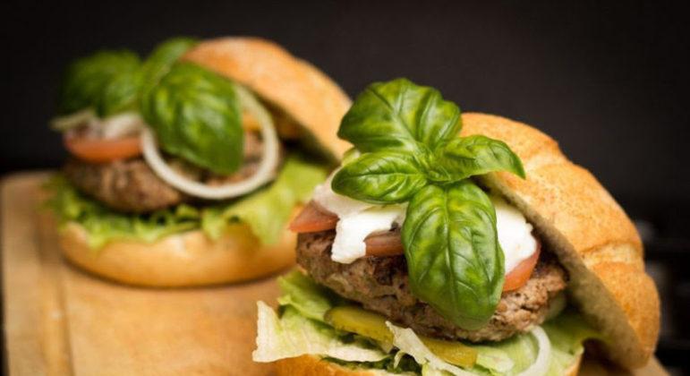 Guia da Cozinha - Vegano ou tradicional: aprenda a preparar duas opções de hambúrguer