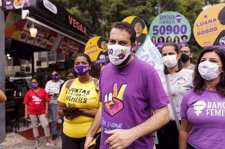 Boulos em panfletagem na Vila Olímpia, zona sul de São Paulo