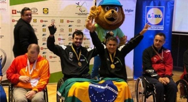 Guilherme Costa (esquerda) e Iranildo Espíndola (direita) comemoram a medalha dourada