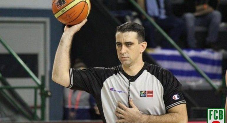Guilherme Locatelli representa o Brasil em Tóquio na arbitragem dos jogos de basquete
