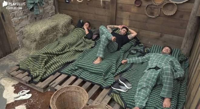 Na Baia, os peões Guilherme e Netto não conseguiram dormir por causa do ronco de Lucas