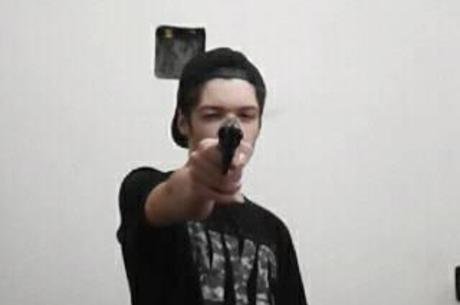 Na foto, Guilherme Monteiro com uma arma