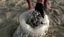 Israelense limpa praia retirando bitucas de cigarro largadas na areia
