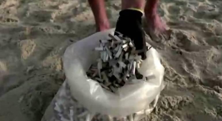 Israelense contribui para a preservação dos mares coletando bitucas de cigarro na praia