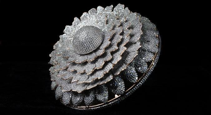 O anel possui mais de 12 mil diamantes, quebrando o recorde anterior de cerca de 7 mil cristais