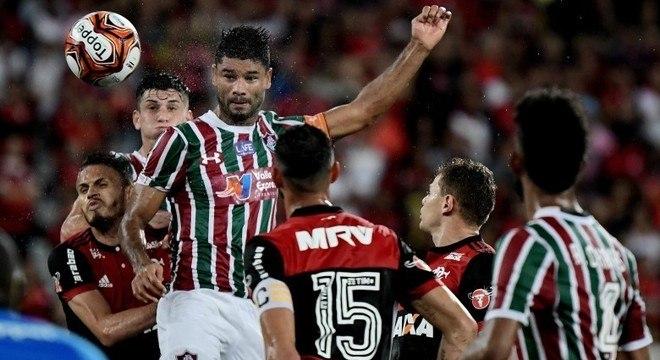 Gum subiu mais que defesa do Fla para marcar gol da classificação do Flu
