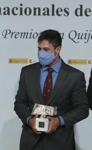 Gustavo Costa com o troféu Rei da Espanha