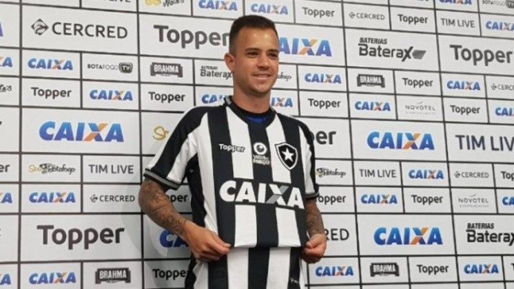 Gustavo Ferrareis foi apresentado pelo Botafogo após o treino na manhã desta terça. Veja a galeria LANCE!